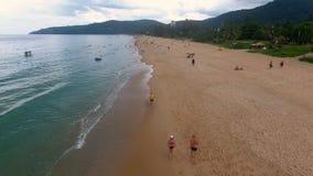 PHUKET, TAILANDIA - 20 GENNAIO 2017: Voli a partire dalla spiaggia al giorno nuvoloso a Phuket, Tailandia Immagine Stock Libera da Diritti