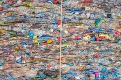 PHUKET, TAILANDIA - 3 MARZO: Bottiglie di plastica schiacciate ad un recycl Fotografia Stock