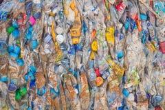 PHUKET, TAILANDIA - 3 MARZO: Bottiglie di plastica schiacciate ad un recycl Fotografie Stock Libere da Diritti