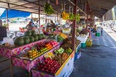 Phuket, Tailandia, marzo 2013, commercio della gente tailandese in contrassegnato aperto della frutta immagini stock libere da diritti