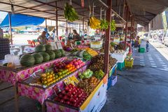 Phuket, Tailandia, marzo de 2013, comercio de la gente tailandesa en marcado abierto de la fruta imágenes de archivo libres de regalías