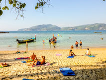 Phuket, Tailandia - 3 marzo 2015: I turisti godono di con prendere il sole Immagini Stock