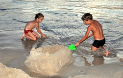 Phuket, Tailandia: Niños que hacen el castillo de la arena fotografía de archivo libre de regalías