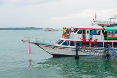 Phuket, Tailandia - 7 ottobre 2014: Grande traghetto di legno con i passeggeri per trasportare i turisti da Phuket a Koh Hong Pha Fotografie Stock Libere da Diritti