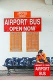 Phuket, Tailandia - 2009: Un autobús del aeropuerto de la señora que espera para en el aeropuerto internacional de Phuket imagenes de archivo