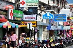 Phuket, Tailândia: Sinais e velomotor da loja Foto de Stock Royalty Free