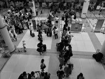 Phuket, Tajlandia AUG 22, 2016: Pasażery czeka odprawę na Aug22,2016 w Phuket lotnisku międzynarodowym z monochromu strzałem Obrazy Royalty Free