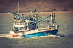 Phuket, Tajlandia, Grudzień 8,2013: Drewniana lokalna fisher łódź Phuke Obraz Stock