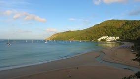 Phuket, Tajlandia - 27 JAN 2017: Ranek na Nai Harn plaży Piękne chmury na tle HD antena zdejmował strzał zdjęcie wideo