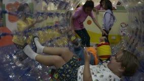 PHUKET TAJLANDIA, LIPIEC, - 07, 2019: dzieciaki są cieszą się bawić się wraz z dużym przejrzystym rolownikiem zbiory
