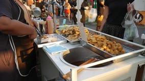 Phuket Tajlandia, MAR 17 2017, -: Sprzedawca Uliczny Przygotowywa Tradycyjny azjata Smażącego jedzenie przy Tajlandzkim rynkiem H zbiory