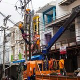 PHUKET TAJLANDIA, MARZEC, - 22, 2017: Linii energetycznej naprawianie Elektrycy pracuje z wysokimi woltaży drutami zdjęcia royalty free