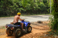 PHUKET TAJLANDIA, SIERPIEŃ, - 23: Turyści jedzie ATV natur adv Zdjęcia Stock