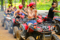 PHUKET TAJLANDIA, SIERPIEŃ, - 23: Turyści jedzie ATV natur adv Zdjęcie Royalty Free