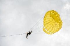 PHUKET TAJLANDIA, SIERPIEŃ, - 01, 2013: niebezpieczny parasailing Obraz Royalty Free