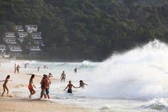 Phuket TAJLANDIA, STYCZEŃ, - 02: burza na oceanu wybrzeżu na STYCZNIU 02, 2015 Fotografia Royalty Free