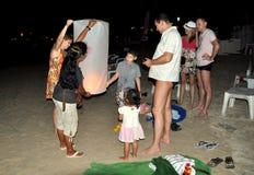 Phuket, Thaïlande : Allumage de la lanterne céleste Photographie stock