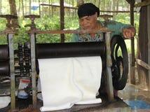 PHUKET, THAÏLANDE - 10 août : Une femme inconnue roule des harves de latex Photos stock