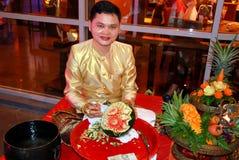 Phuket, Thaïlande : Artistan découpant une pastèque Image libre de droits