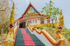 Phuket, Thaïlande - 25 avril 2016 : L'escalier principal menant à la reproduction de Phra qui dans-Kwaen accrocher la roche d'or, Photos stock