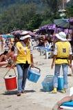 Phuket, Thaïlande : Constructeurs de nourriture sur la plage Photographie stock