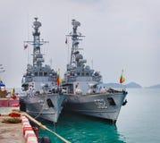 PHUKET, THAÏLANDE - 22 FÉVRIER 2013 : Ancho de deux de militaires bateaux de Myanmar Photographie stock libre de droits