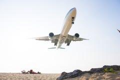 PHUKET, THAÏLANDE - 9 FÉVRIER 2016 : vol d'avion Image libre de droits