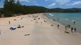 PHUKET, THAÏLANDE - 20 JANVIER 2017 : La vue aérienne de la foule des touristes obtiennent le repos sur la plage de mer près du p Images stock