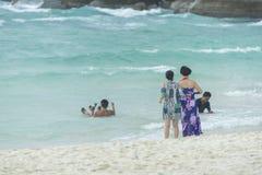 Phuket, THAÏLANDE - 4 janvier 2017 Un touriste portant un bain de bikini en mer à Phuket Photographie stock