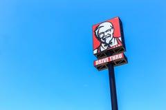 PHUKET, THAÏLANDE - 28 JUILLET 2017 : Logo de KFC sur le ciel bleu KFC est Photographie stock libre de droits