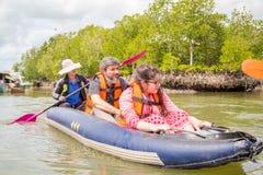 PHUKET, THAÏLANDE - 11 juin : Les voyageurs non définis capitonnent Kay Images libres de droits