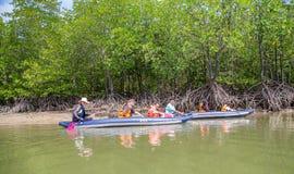 PHUKET, THAÏLANDE - 11 juin : Les voyageurs non définis capitonnent Kay Image stock