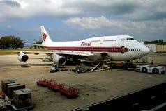 Phuket, Thaïlande : Lignes aériennes thaïlandaises royales Boeing 747 Photos libres de droits