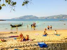 Phuket, Thaïlande - 3 mars 2015 : Les touristes apprécient avec prendre un bain de soleil Images stock