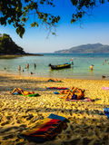 Phuket, Thaïlande - 3 mars 2015 : Les touristes apprécient avec prendre un bain de soleil Images libres de droits