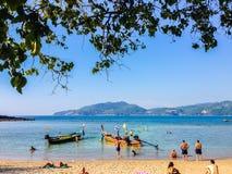 Phuket, Thaïlande - 3 mars 2015 : Les touristes apprécient avec prendre un bain de soleil Photographie stock