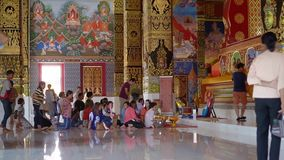 Phuket, Thaïlande - 27 mars 2019 wat Maha qui wachiramongkol Les hommes et les femmes Thais s'asseyent dans des vêtements traditi clips vidéos