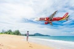 PHUKET, Thaïlande - 23 octobre 2017 : Avion de ligne aérienne de Vietjet Photographie stock libre de droits