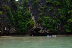 Phuket, Thaïlande - 7 octobre 2014 : Touristes Koh Hong Phang Nga Bay kayaking près de Phuket le 7 octobre 2014 Photos libres de droits