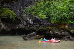 Phuket, Thaïlande - 7 octobre 2014 : Touristes non identifiés Koh Hong Phang Nga Bay kayaking près de Phuket Images stock