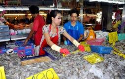 Phuket, Thaïlande : Ouvriers vendant la crevette photographie stock