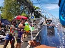 Phuket, Thailand - April 13, 2018: De menigte van mensen giet water Royalty-vrije Stock Foto