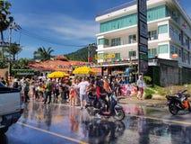 Phuket, Thailand - April 13, 2018: De menigte van Mensen neemt I deel Stock Afbeelding