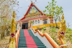 Phuket, Thailand - 25. April 2016: Die Haupttreppe, die zur Replik von Phra die in--Kwaen hängender goldener Felsen, Thailand füh lizenzfreie stockfotografie