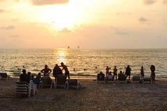 Phuket, Thailand - April 4, 2012: Mensen op het strand Phuket, Thailand van zonsondergangpatong Stock Fotografie