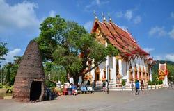 PHUKET THAILAND - APRIL 15, 2014: Wat Chaitharam eller Wat Charong, templet är en av den mest sakrala templet i den Phuket staden Fotografering för Bildbyråer