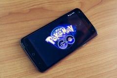 PHUKET THAILAND - 01 AUGUSTI, 2016: Pokemon Go är enlek, Royaltyfri Bild