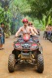 PHUKET THAILAND - AUGUSTI 23: Turister som rider ATV till naturadv Arkivfoto