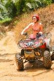 PHUKET THAILAND - AUGUSTI 23: Turister som rider ATV till naturadv Fotografering för Bildbyråer