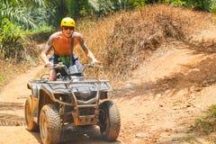 PHUKET THAILAND - AUGUSTI 23: Turister som rider ATV till naturadv Royaltyfri Fotografi